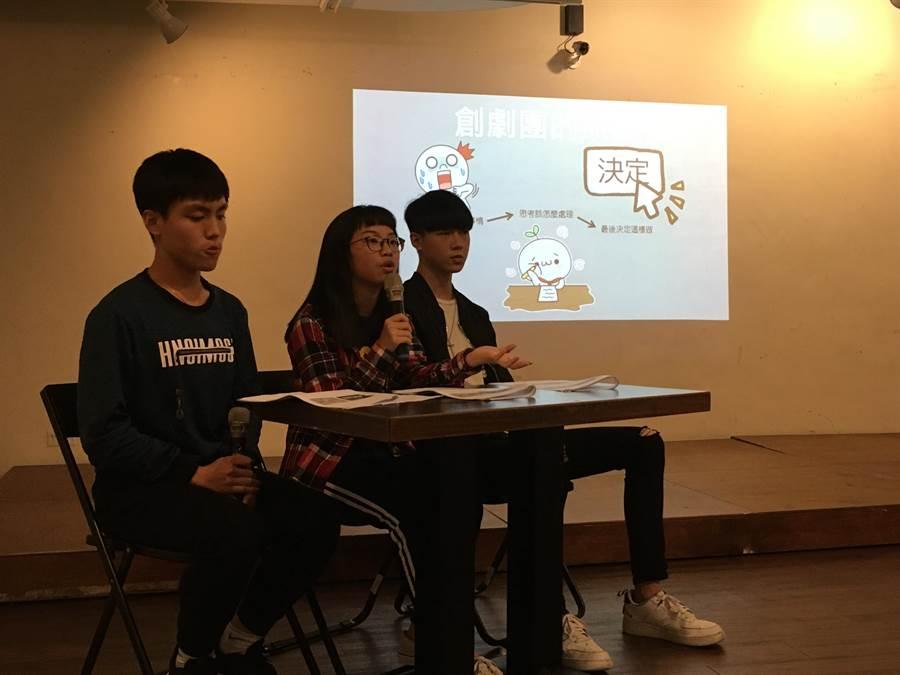 「翻滾吧!御飯團」成員小萱(中)表示,期待社會大眾不要用刻板印象看受刑人子女。(游昇俯攝)