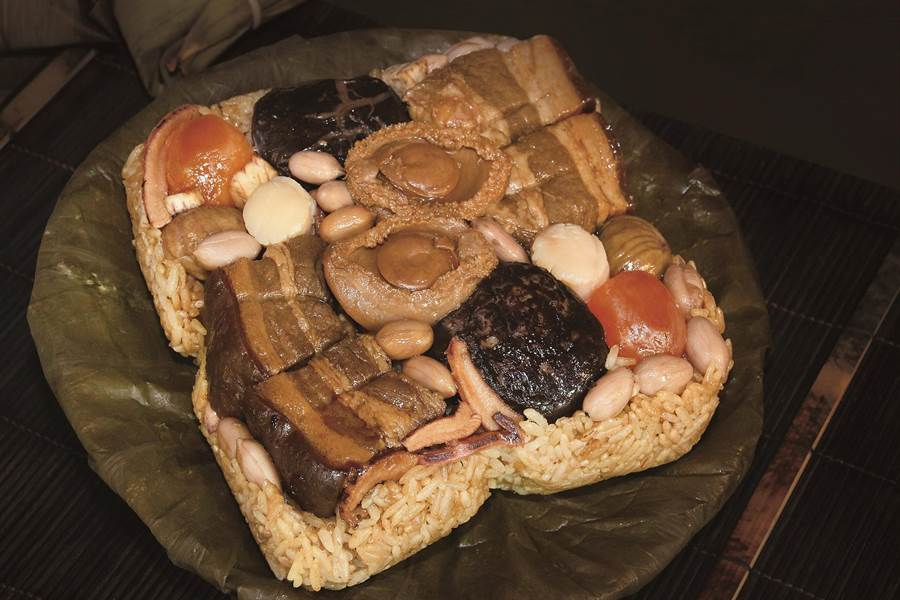 日月千禧「窖藏東坡海味鮑粽」結合東坡肉吉品鮑、北海道干貝等山珍海味,以月桃葉包粽,更添獨特迷人的粽香。(馮惠宜翻攝)