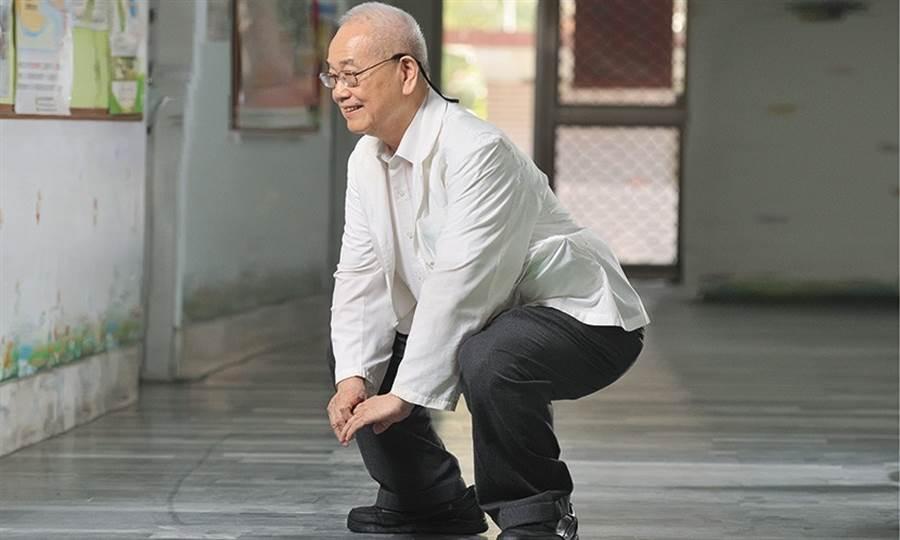 復健權威洪章仁68歲那年中風,復健後曾包著尿布替病人看診。(圖/陳德信)