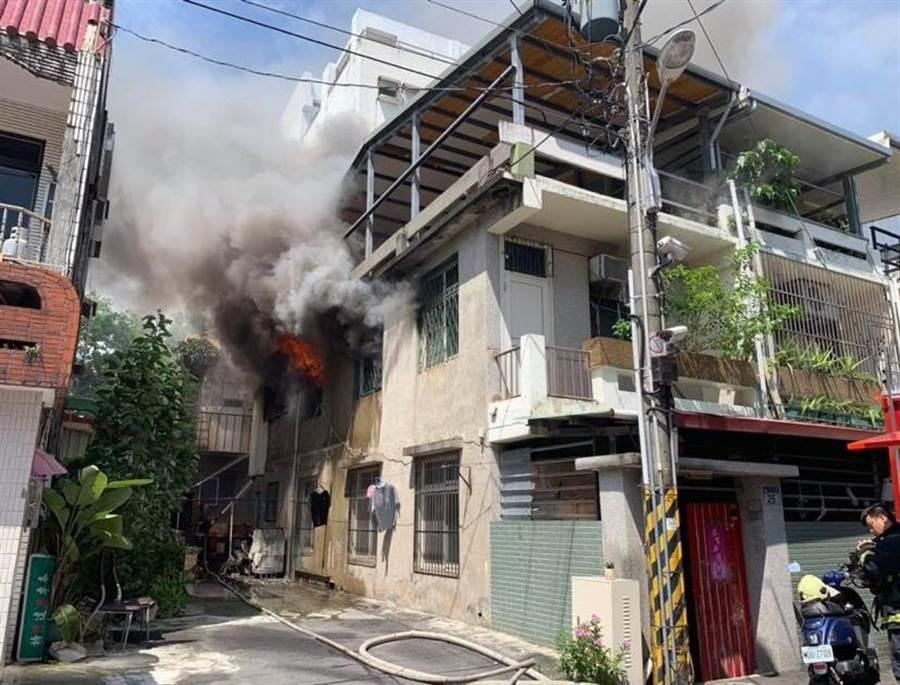 花蓮市林森路巷弄民宅驚傳火災,屋主逃出灼傷送醫無礙。(許家寧翻攝)