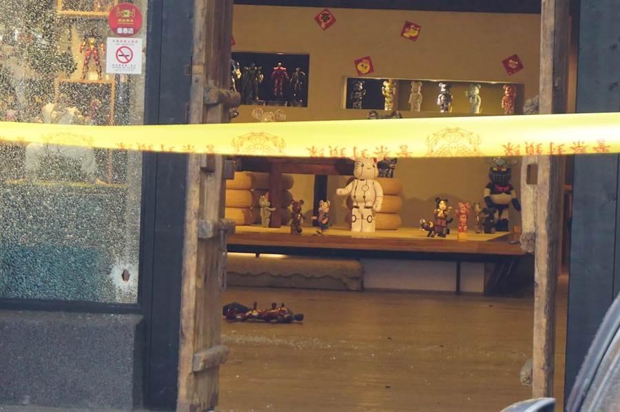 台中沙鹿風大茶館發生槍殺命案,史姓男子遭兒時玩伴持槍狙殺身亡,店內滿布玻璃碎片及血跡。(王文吉攝)