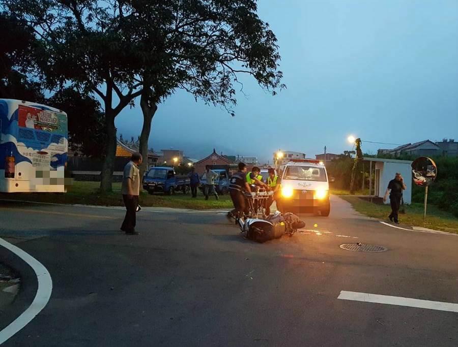 金門金沙鎮陽翟會山寺路段今(19)日晚間發生公車與機車擦撞事故。(警方提供)