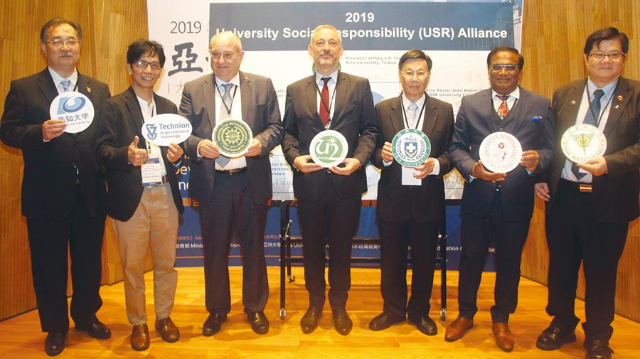 亞洲大學校長蔡進發(右三)中國醫藥大學校長洪明奇(右一)與以色列、日本、葡萄牙、印度、印尼等國大學校長,簽署「大學社會責任(USR)合作國際聯盟」。    圖/亞洲大學提供