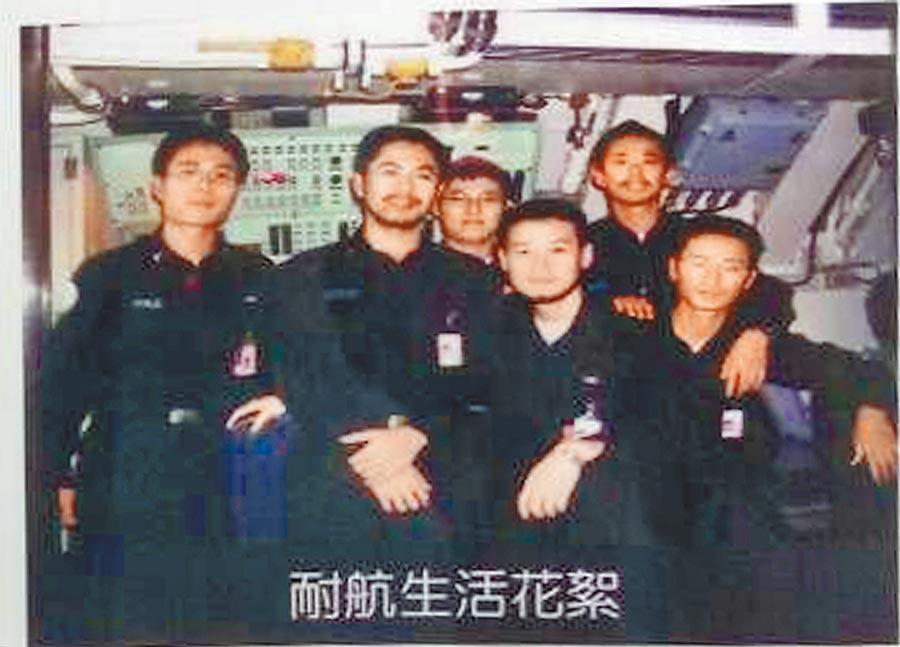 海軍潛艦實施耐航訓練最長達32天,值勤官兵拍下生活照時,都呈現「蓄鬍」的有趣樣子。(呂昭隆翻攝)