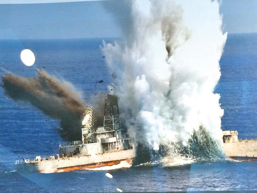 圖為海軍潛艦發射重型魚雷擊沉靶艦。(呂昭隆翻攝)