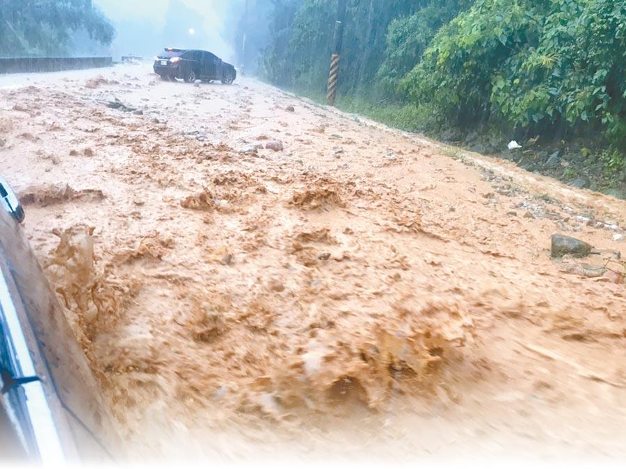 豪雨不斷,南投縣埔里鎮小埔社往大坪頂的路段出現土石流,交通一度中斷。(李吉田提供)