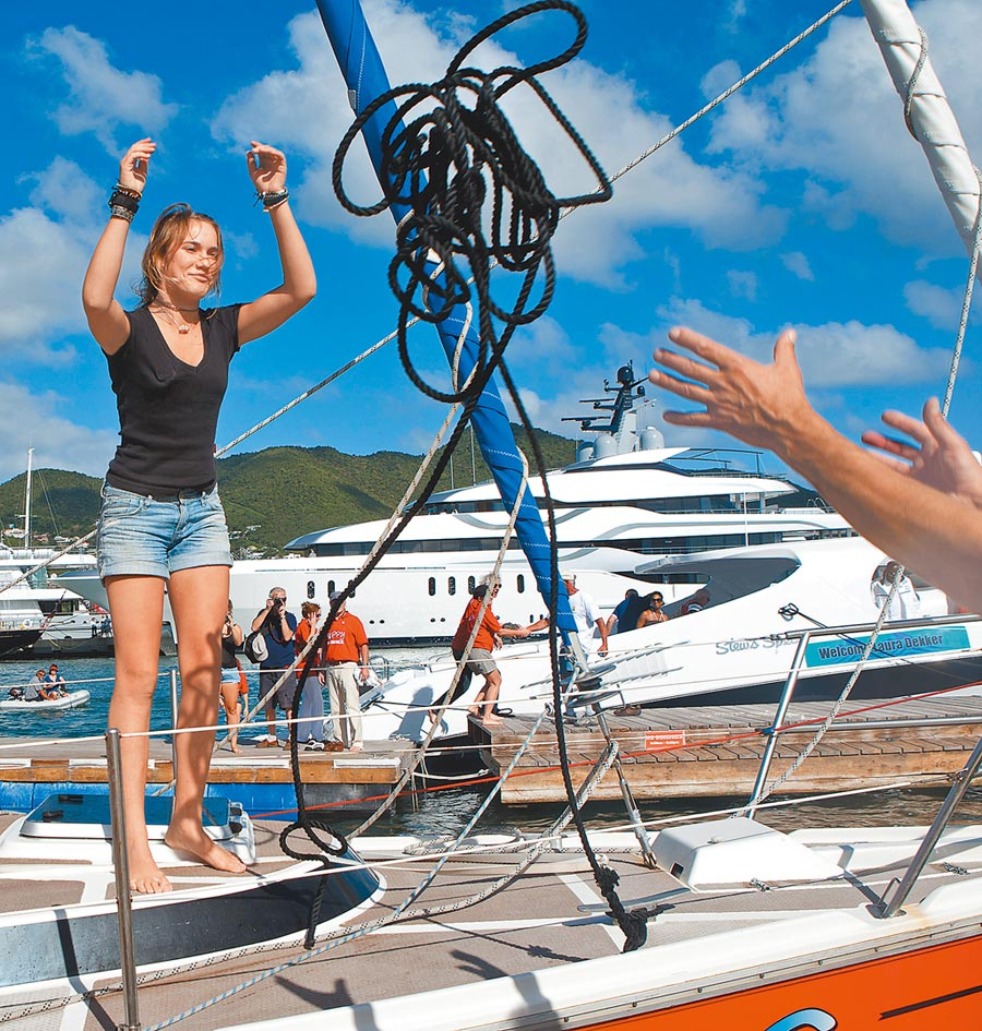 荷蘭女子蘿拉.德克爾16歲時獨自駕駛帆船抵達加勒比海的荷屬聖馬丁島。(美聯社)