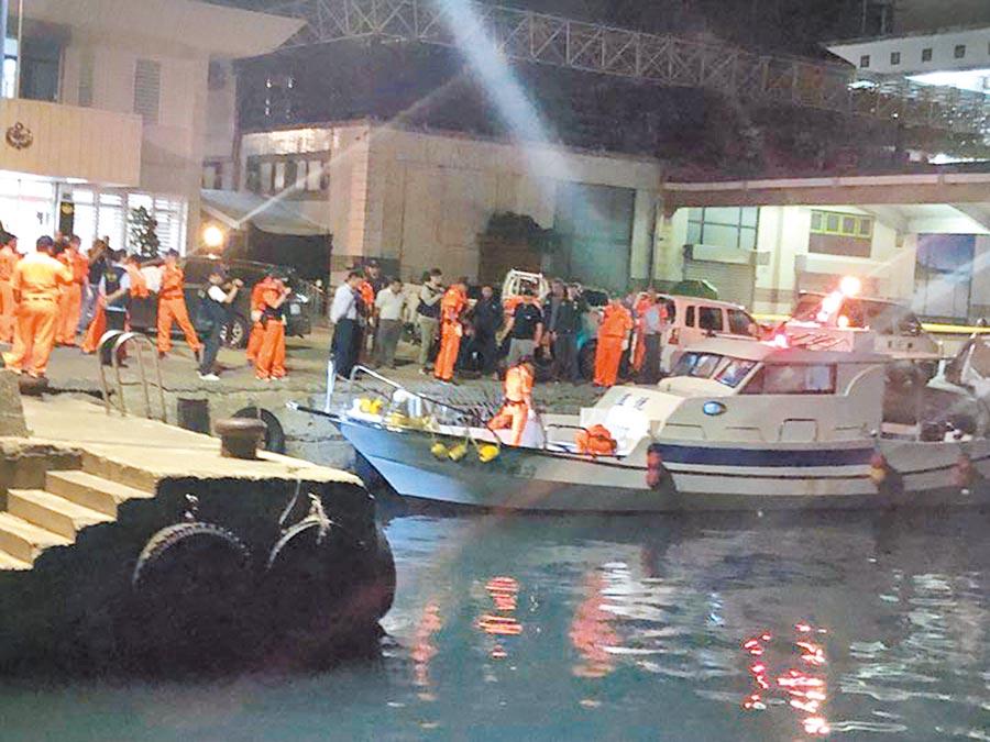 海巡單位與台東警方9日晚間查獲海釣船「藍悅號」涉嫌走私毒品。(楊漢聲攝)