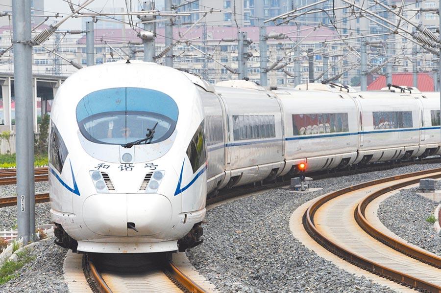 一列京津高鐵動車駛入天津站。(新華社)
