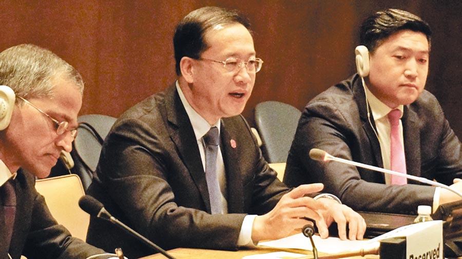 5月17日,大陸常駐聯合國代表馬朝旭大使(中)在聯合國總部對多國外交官批評美國大搞「貿易霸凌主義」。(取自《中國日報》)