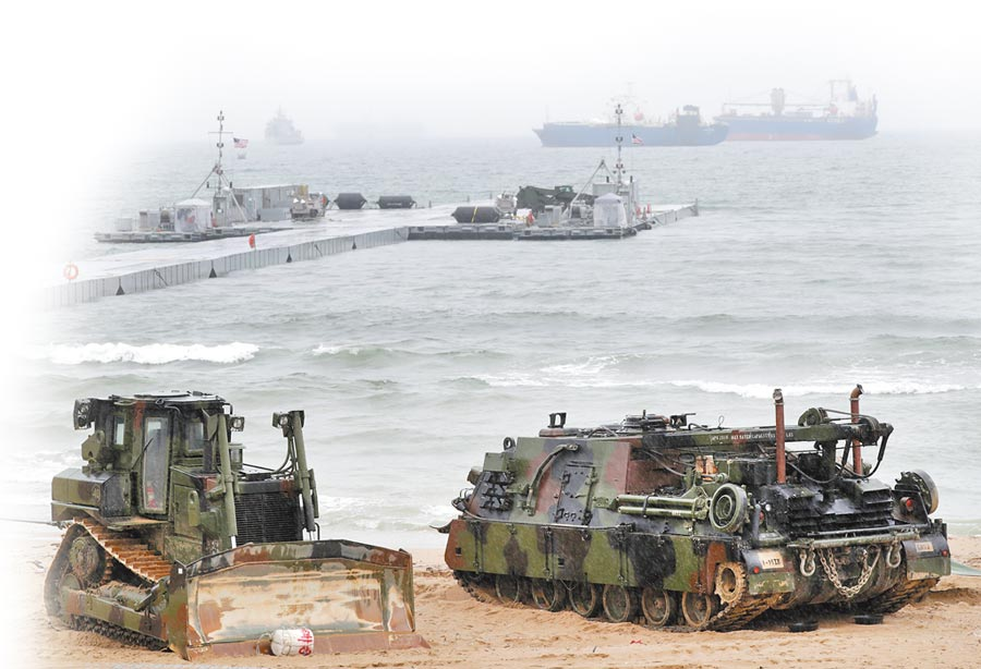 2017年4月11日,美韓軍方在南韓慶尚北道浦項市舉行軍需物資兩棲補給演習。(新華社)