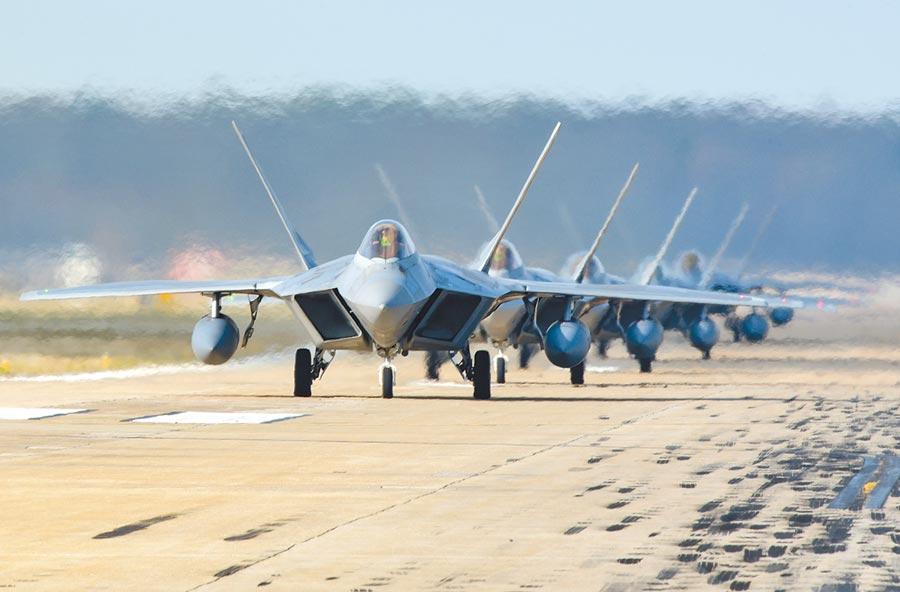 美國軍方的王牌戰機F-22「大象漫步」演練。(取自美國空軍網)