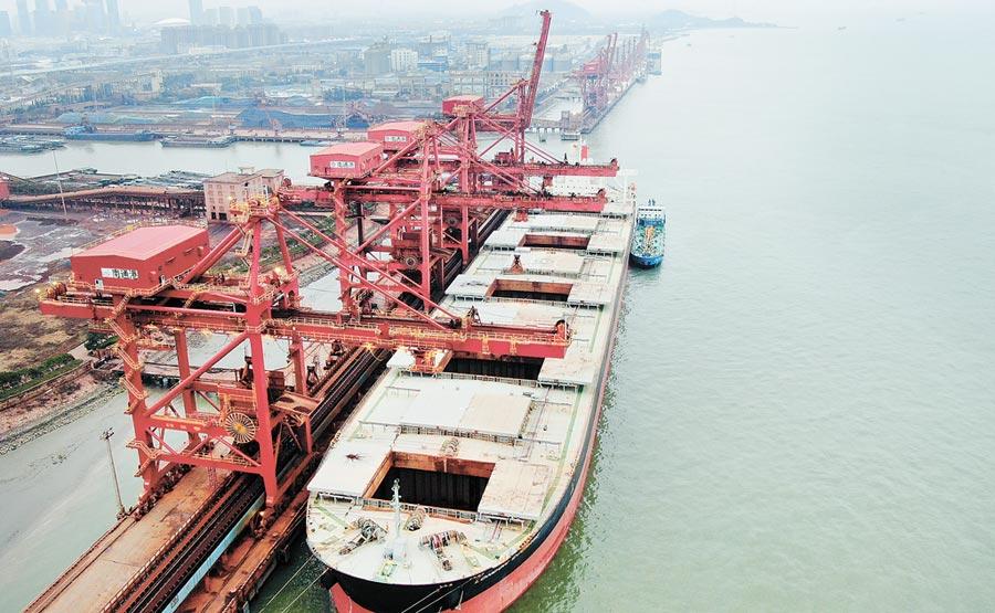 貿易戰對大陸出口造成影響,間接衝擊台灣,圖為南通港。(CFP)
