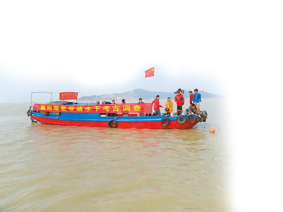 江西省文物考古研究所2013年首次舉行水下考古調查,潛水員當日成功發現一處沉船遺址。(中新社)
