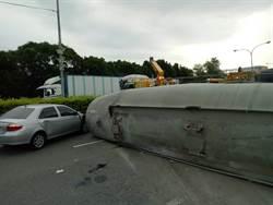 疑煞車失靈 槽車下交流道翻覆2車追撞