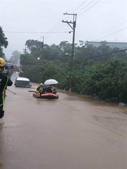豪大雨強襲林口 小巴士幾乎滅頂