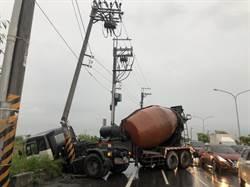 疑因天雨路滑失控 預拌混擬土車自撞電桿