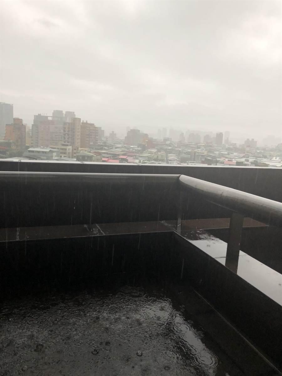 台北下起豪雨、伴隨打雷。(讀者提供)