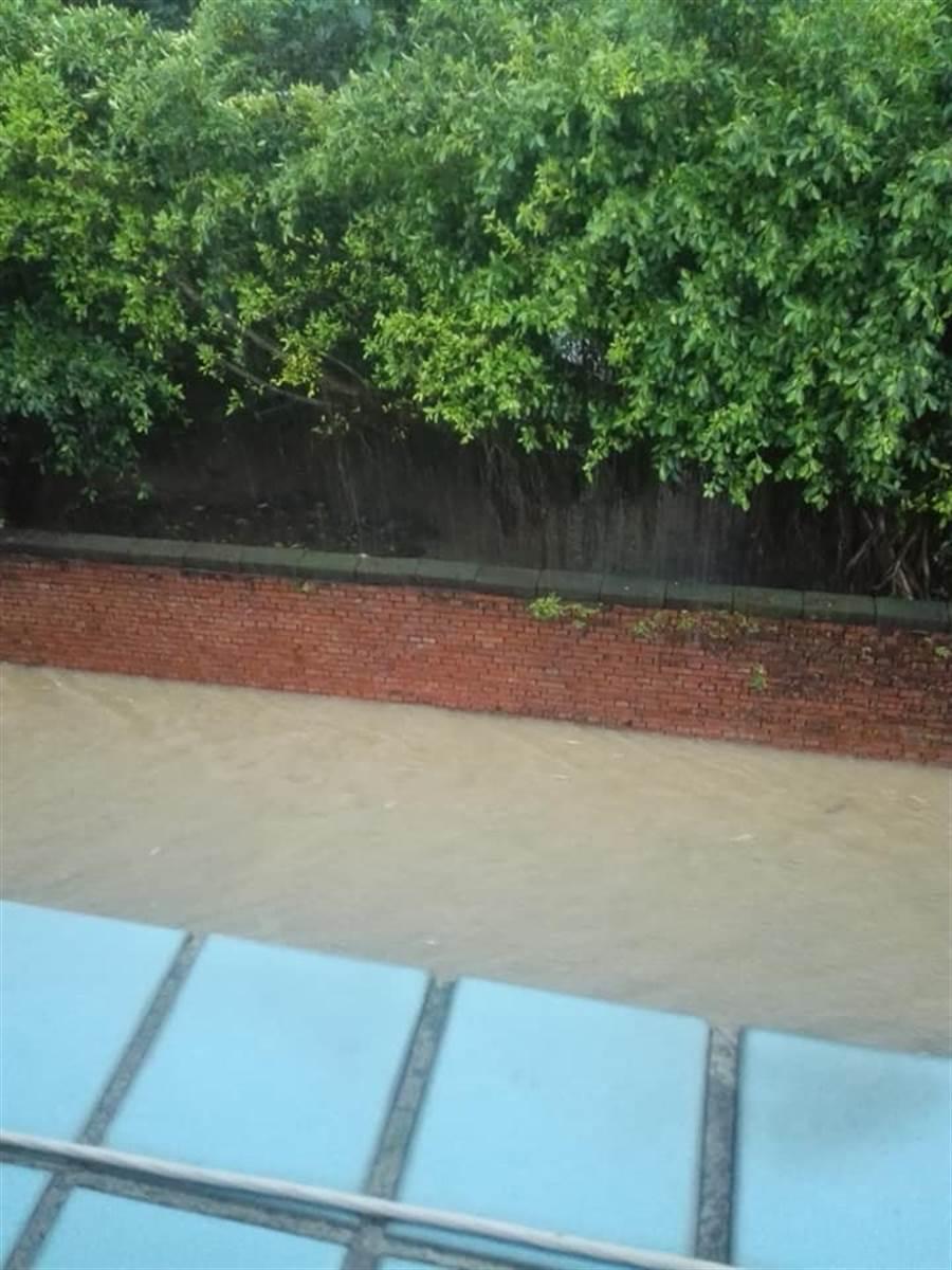 淡水義山里馬路變成河流。(翻攝自臉書細說淡水)