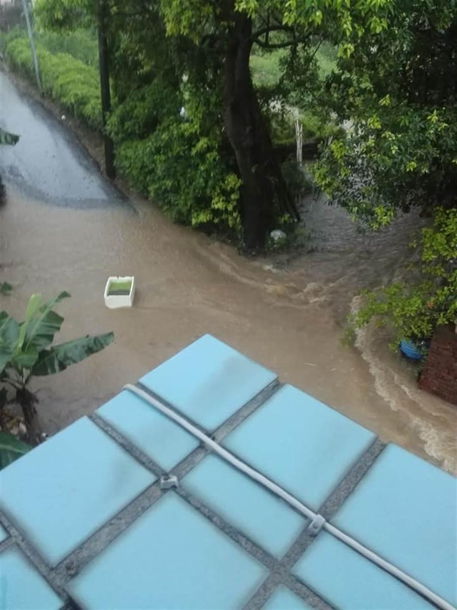 淡水義山里馬路變成河流,民眾家中物品漂出門外。(翻攝自臉書細說淡水)
