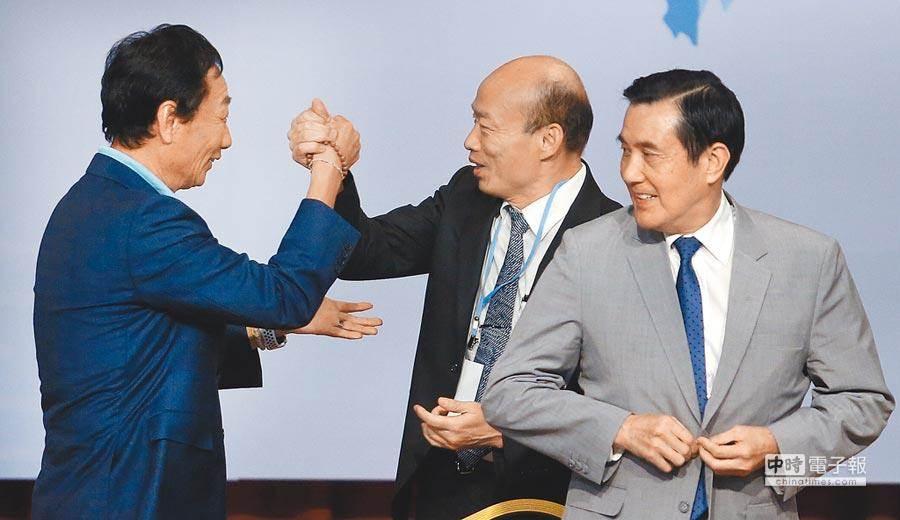 高雄市長韓國瑜(中)與鴻海董事長郭台銘(左),出席前總統馬英九(右)主持的經濟論壇,2人熱情地握手打招呼。(范揚光攝)