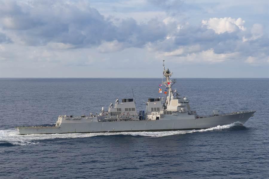 美國海軍阿利伯克級(Arleigh Burke-class)飛彈驅逐艦「普雷貝爾」號穿越印度洋的資料照。(美國海軍)