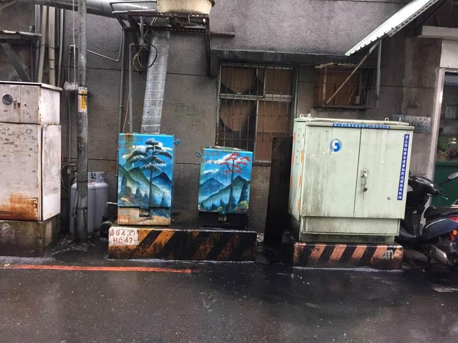 新北市永和區民生路67巷口變電箱上午11時許突然傳出爆炸聲響,附近住戶停電。(葉書宏翻攝)
