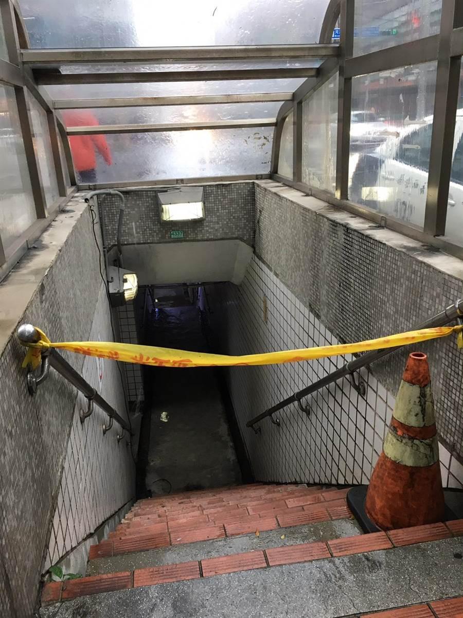 中央氣象局今(20日)發布豪雨特報,新北市永和區多處地下道封閉。(葉書宏翻攝)