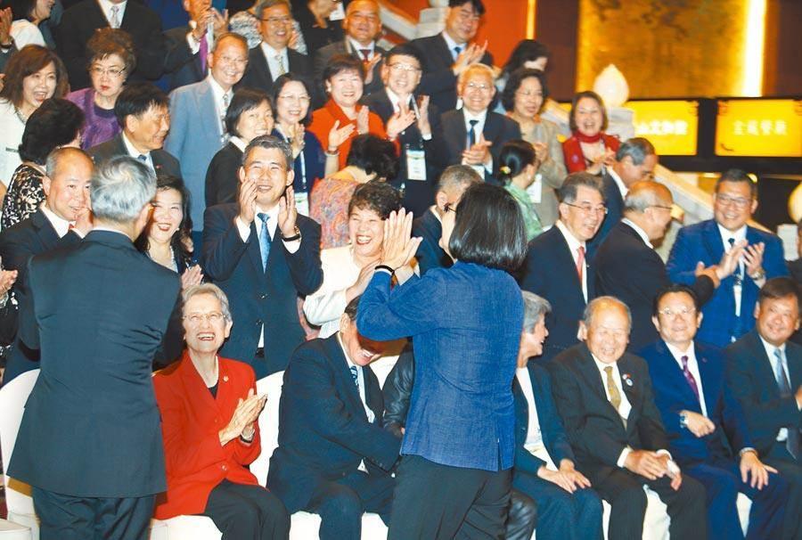 108年僑務委員會議日前召開,蔡英文總統與全體僑委鼓掌打氣。(資料照,陳怡誠攝)