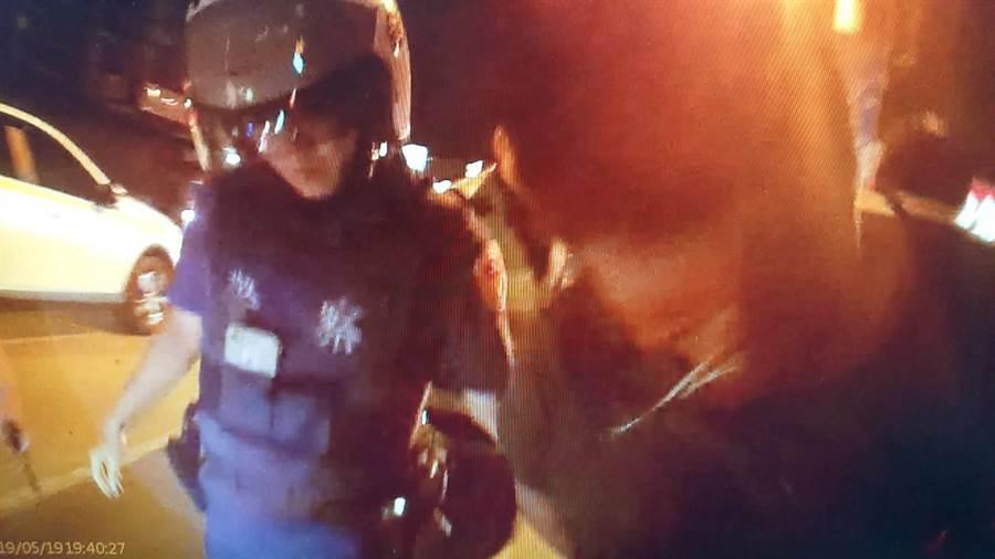 警方對酒駕還行凶打大學生的林男噴灑辣椒水,反抗的林男馬上噴出兩行鼻涕,乖乖就逮。(程炳璋翻攝)