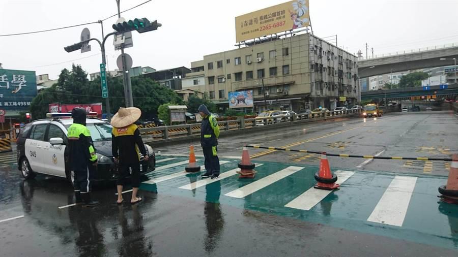 台中南區林森路往國光路地下道,一度因雨勢過大,積水難退而封閉。(馮惠宜攝)