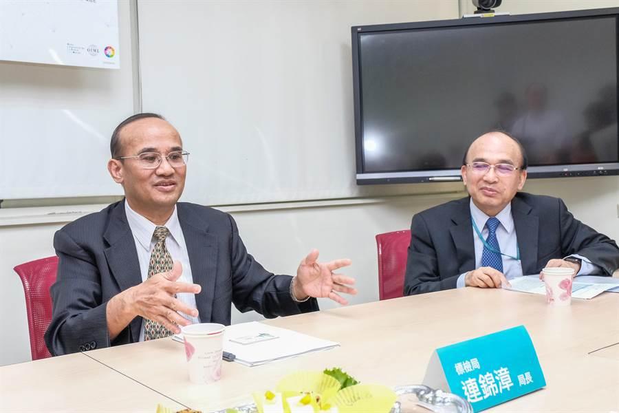標準檢驗局長連錦漳(左)說明計量新定義對一般民眾影響不大,但對高科技產業卻有巨大的影響。(羅浚濱攝)