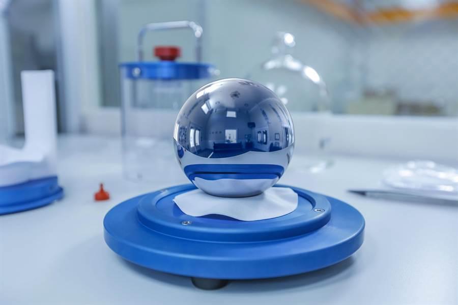 工研院量測中心與德國聯邦物理技術研究院合作,建立全亞洲第1套矽晶球公斤原級系統。(羅浚濱翻攝)