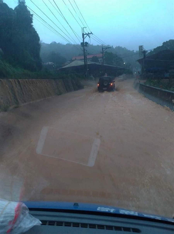 道路全是土石加雨水。(翻攝自 爆料公社)