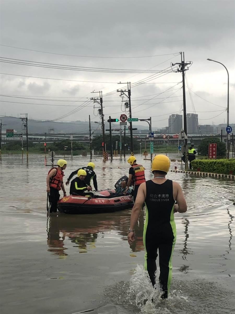 中央災害應變中心上午7時許二級開設,監控全台災情,至今下午3時30分止,全台淹水204處,95處淹水已退。(葉書宏翻攝)