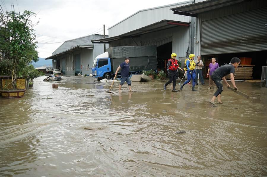豪大雨20日中午瘋狂炸大台中,烏日區環河路一段862巷,數家工廠淹水,圖為水退後員工整理中。(黃國峰攝)