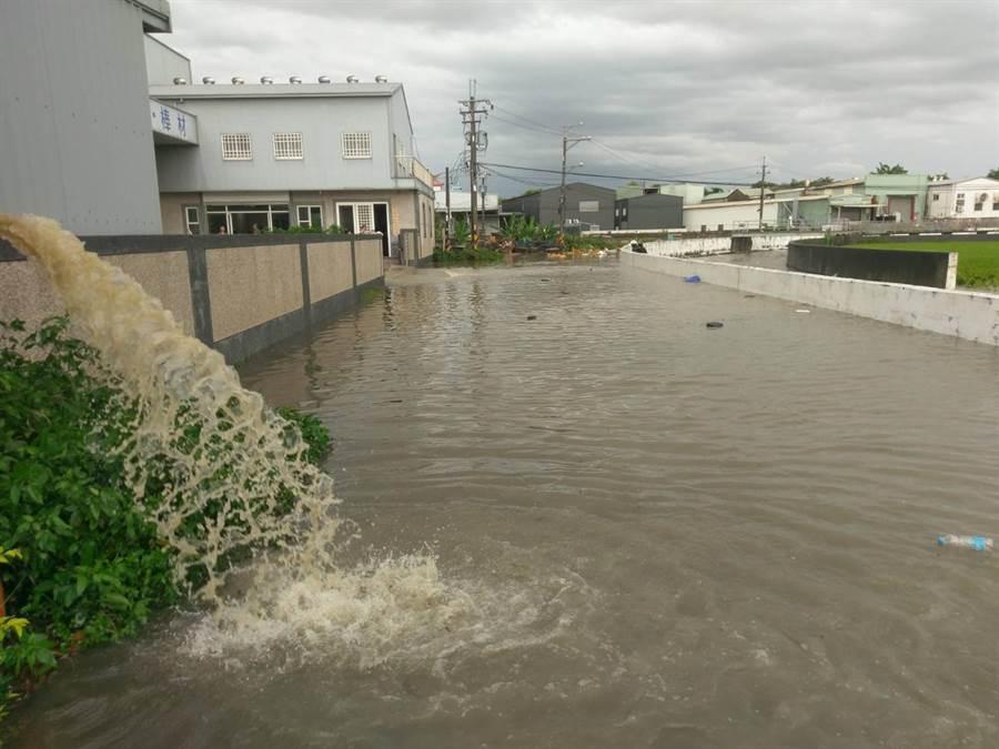 豪大雨20日中午瘋狂炸大台中,烏日區環河路一段862巷,數家工廠淹水,圖為水淹道路難以通行。(黃國峰攝)