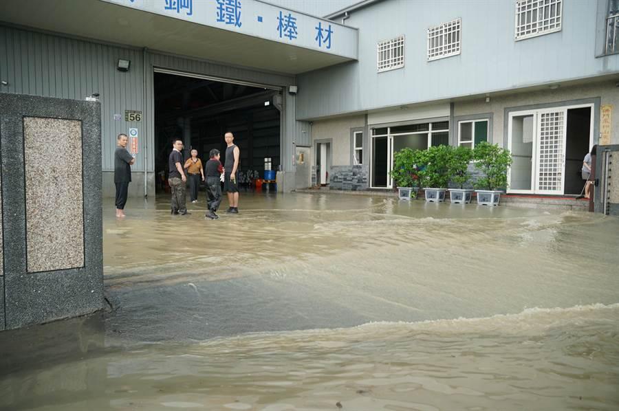 豪大雨20日中午瘋狂炸大台中,烏日區環河路一段862巷,數家工廠淹水,圖為水退後,積水還一直從一家工廠內排到路面。(黃國峰攝)