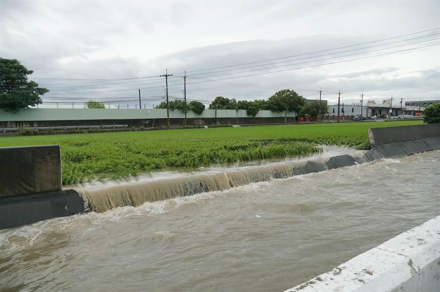 豪大雨20日中午瘋狂炸大台中,烏日區環河路一段862巷,數家工廠淹水,旁邊的中興大排,堤防整個不見。(黃國峰攝)