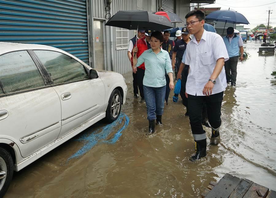 豪大雨20日中午瘋狂炸大台中,烏日區環河路一段862巷,數家工廠淹水,下午3點多,台中市長盧秀燕到場了解災情。(黃國峰攝)