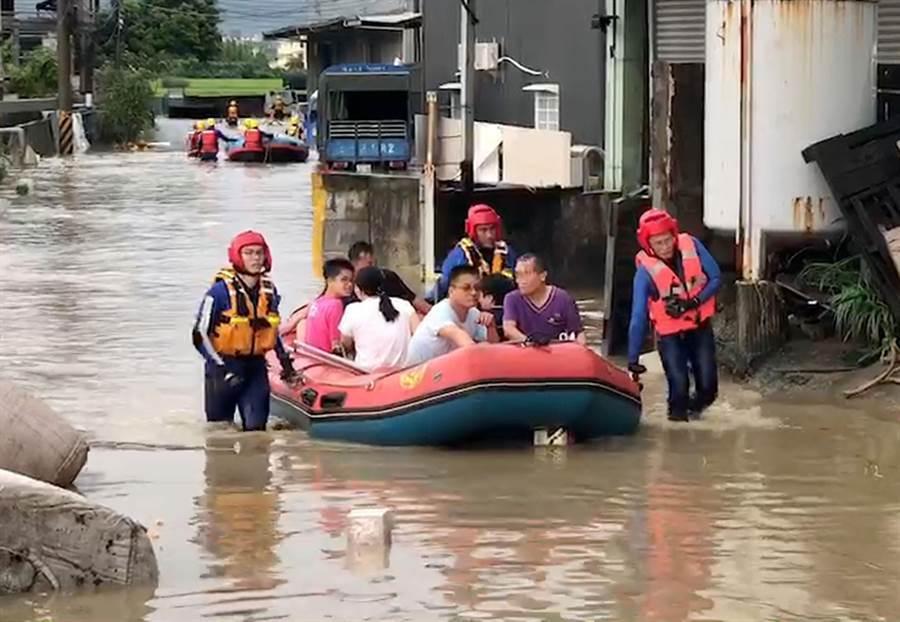 豪大雨20日中午瘋狂炸大台中,烏日區環河路一段862巷、中興大排旁,數家工廠淹水,多人受困,消防隊以橡皮艇救出29人,幸無人傷亡。(黃國峰翻攝)
