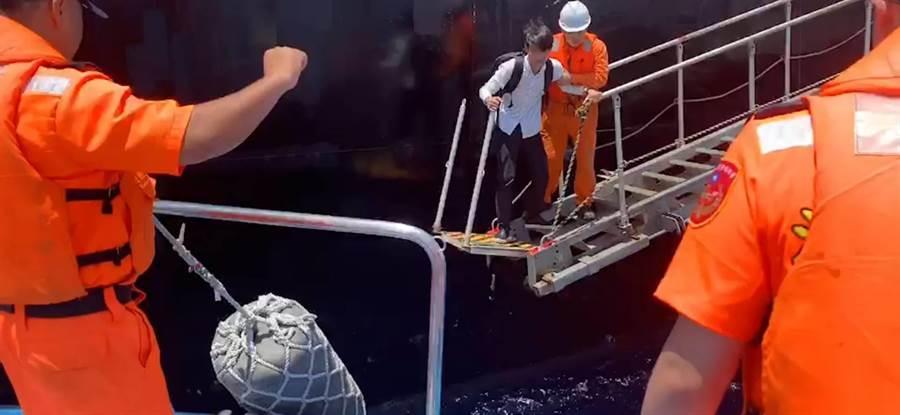花蓮海巡進行接駁救援,協助腹痛船員送醫。(許家寧翻攝)