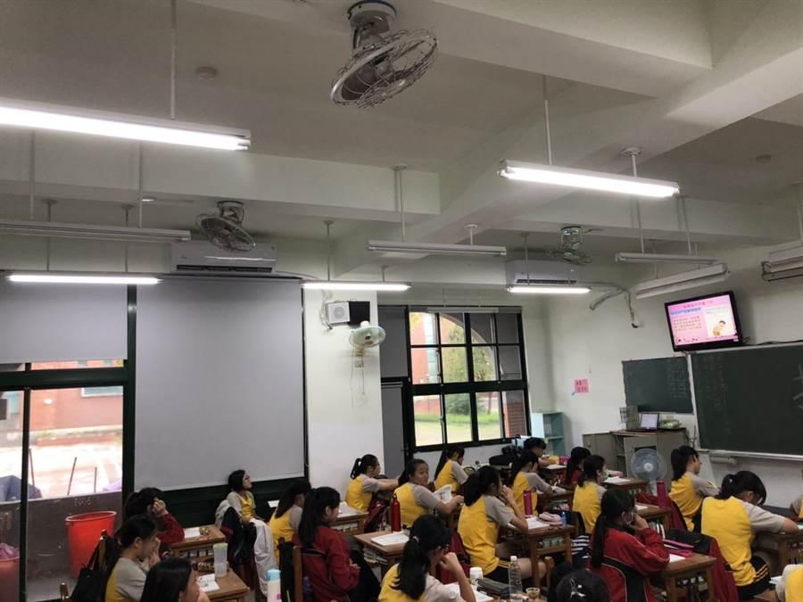 嘉義國中教室已裝冷氣 ,學生吹冷氣上課。(廖素慧翻攝)