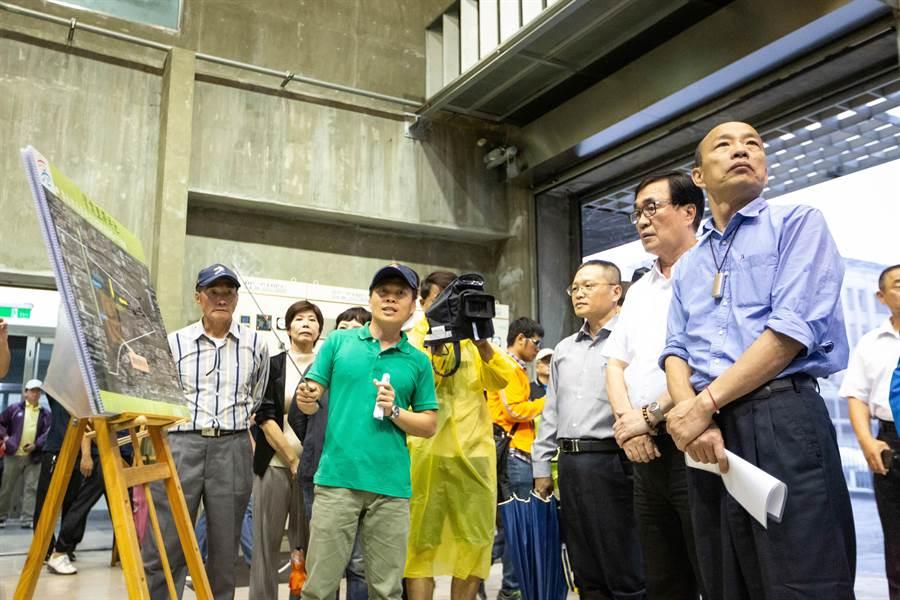 20日因應豪大雨雲帶南下,市長韓國瑜視察寶業里滯洪池,了解機組運作情況及疏洪能量。(袁庭堯攝)