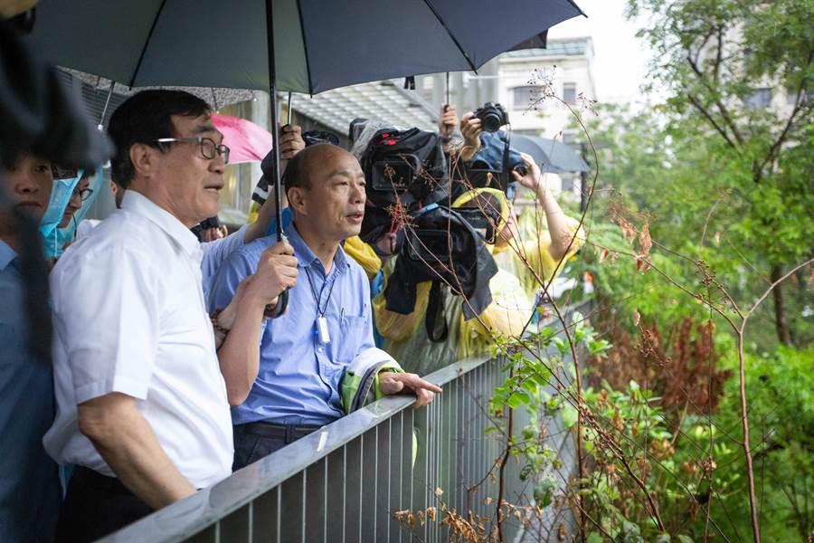 20日豪大雨南襲,市長韓國瑜視察寶業里滯洪池,提醒水利局一但滯洪池滿載時,需把握降雨空檔洩洪。(袁庭堯攝)