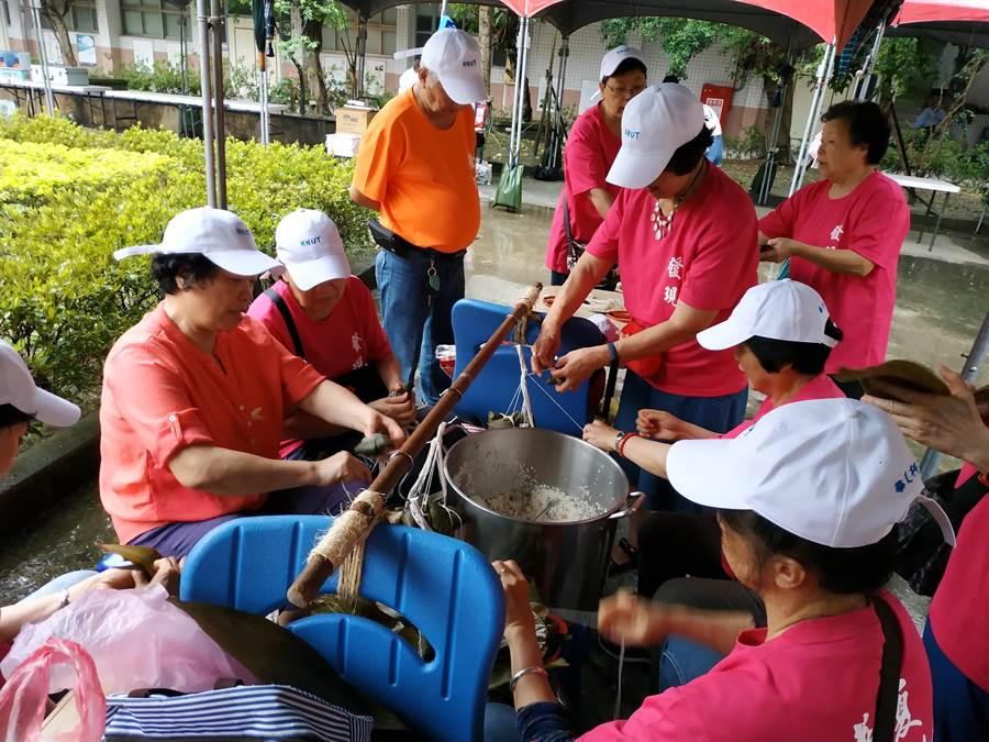 適逢端午節將至,華夏科技大學20日舉辦「南勢學園老少共學,發現文化之美」活動,逾150位樂齡大學長者與學生們一起包千顆粽子。(葉書宏翻攝)