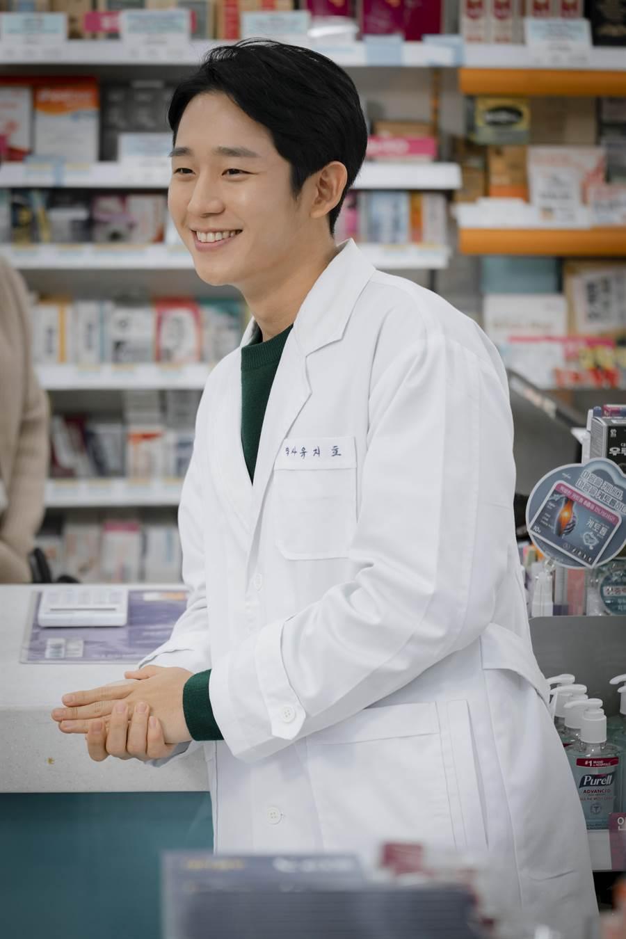 丁海寅飾演獨自撫養兒子的單身藥劑師爸爸。Netflix提供