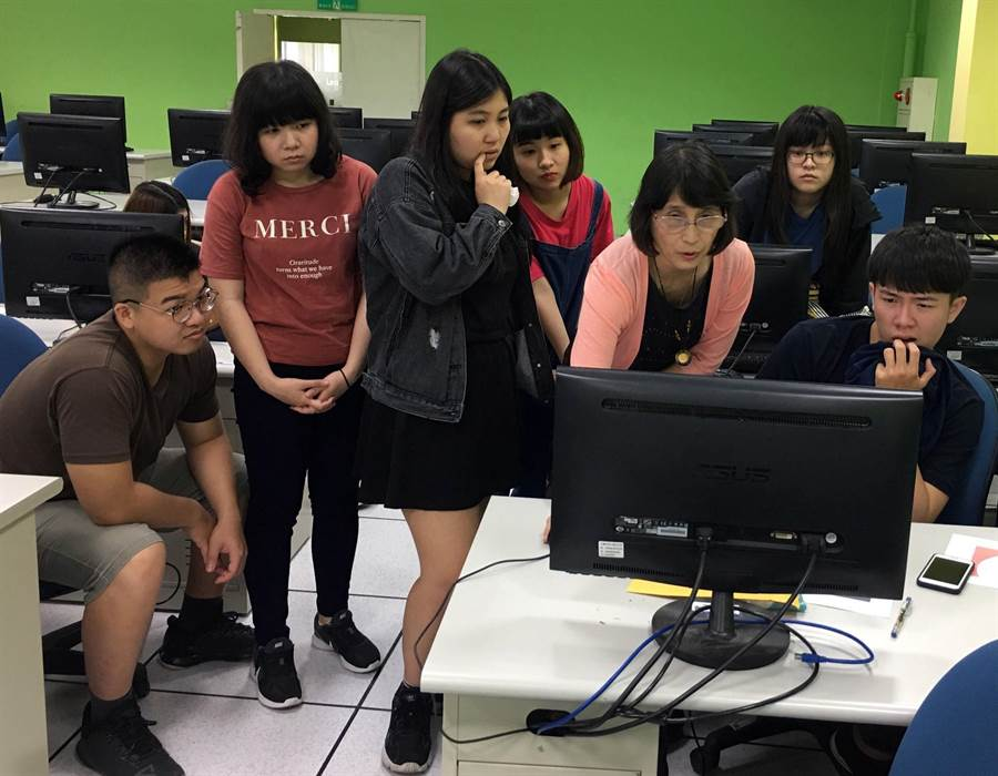 應外系教師黃淑宜(右三)教導學子如何運用Trados及memoQ,完成本地化翻譯專案。(校方提供)