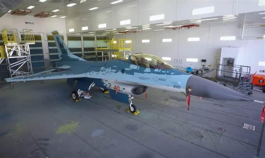 美國空軍擔任演習假想敵的F-16戰機變裝為蘇-57塗裝後正式亮相。(圖/美國內利斯空軍基地)