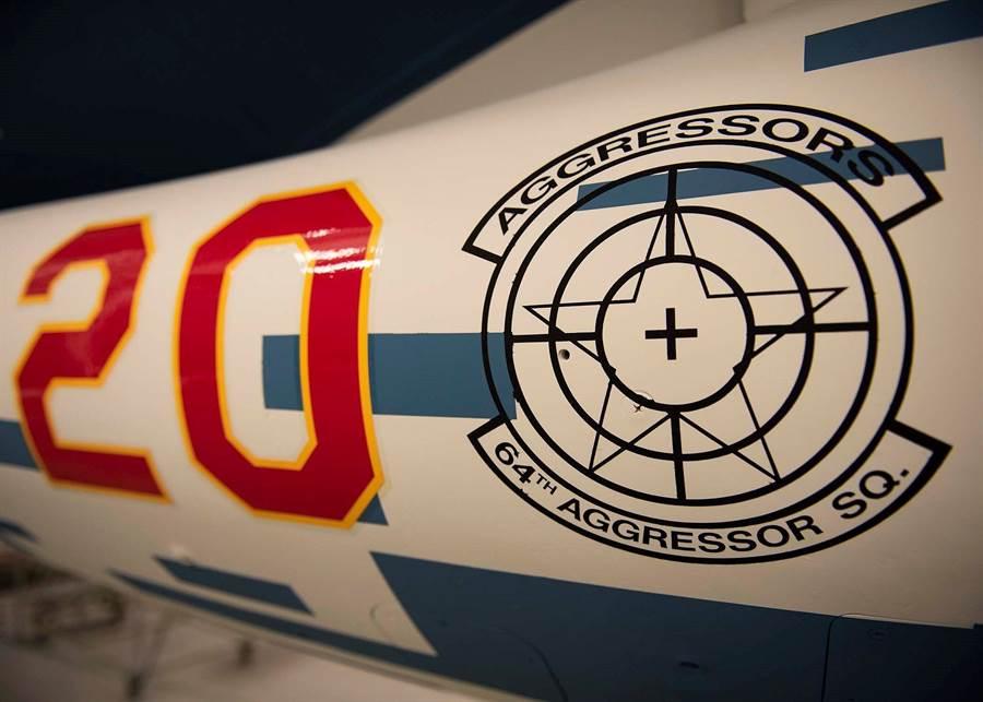 在F-16進行假想敵塗裝後,仍然漆上美空軍57聯隊64侵略者中隊的隊徽。(圖/美空軍57聯隊指揮官臉書)